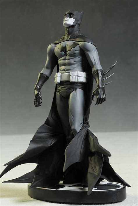Review and photos of Batman Black & White Jae Lee statue
